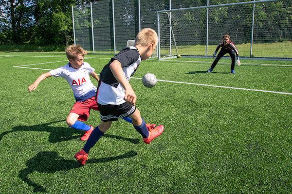 Hvis du vælger fodboldlinjen til årets REMA 1000 SportsCamp, vil du blive en del af et fællesskab, hvor der er fokus på både leg og teknik. Der skal nemlig både være plads til sjov og ballade, men der er også træningspas med høj intensitet og seriøsitet.