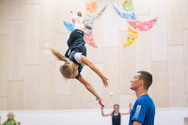 På springgymnastik på SportsCamp kan vi tilbyde dig undervisning tilpasset til lige præcis dit niveau. De dygtige instruktører lærer dig grundspringene, og de guider og hjælper dig hele vejen gennem forløbet, så du under helt sikre forhold kan afprøve dine springtalenter.