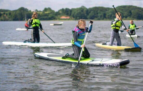 Der findes mange sjove aktiviteter på vandet. Her er deltagerne ude at prøve vores SUP boards