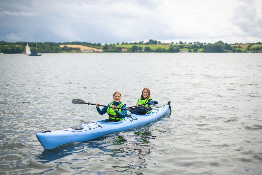 Er du vild med vand, og har du mod på at kaste dig ud i vilde, spændende og sjove udfordringer? Så er vandsport på SportsCamp lige noget for dig! Du kommer til at prøve alverdens nye former for aktiviteter og lege med vand eller på vandet.