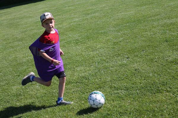 Vi bruger bolden til at finde på sjove aktiviteter for store og små