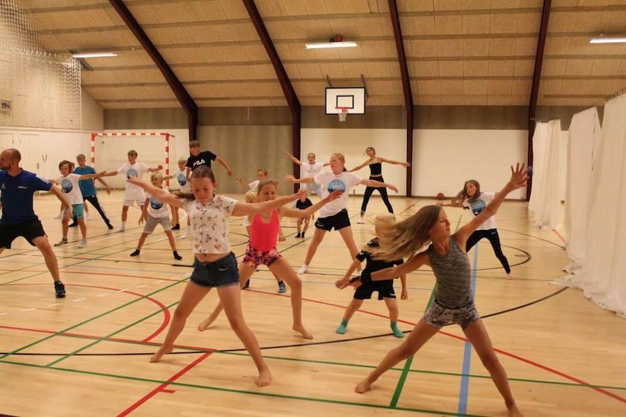 Fællesdans er altid et hit både hos drengene og pigerne