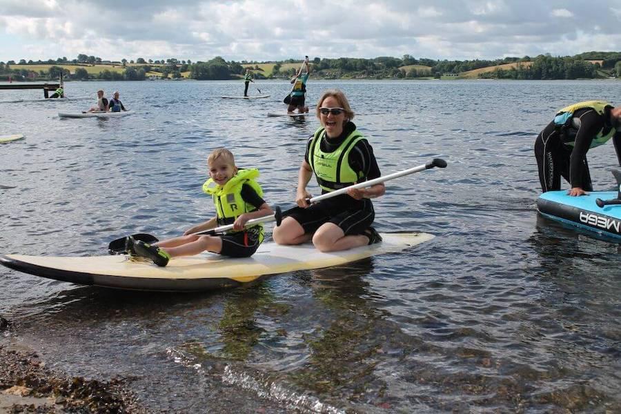 Tag dit barn med ud på vandet og mærk hvor sjovt det at stå på SUP board