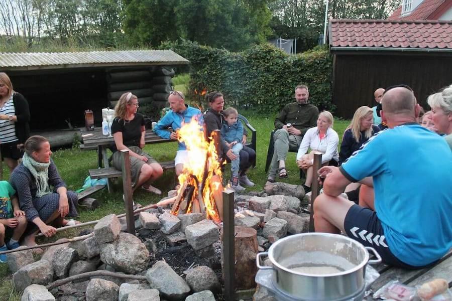 FamilieCamp handler også om hygge og afslapning. Her laver vi snobrød over bålet.