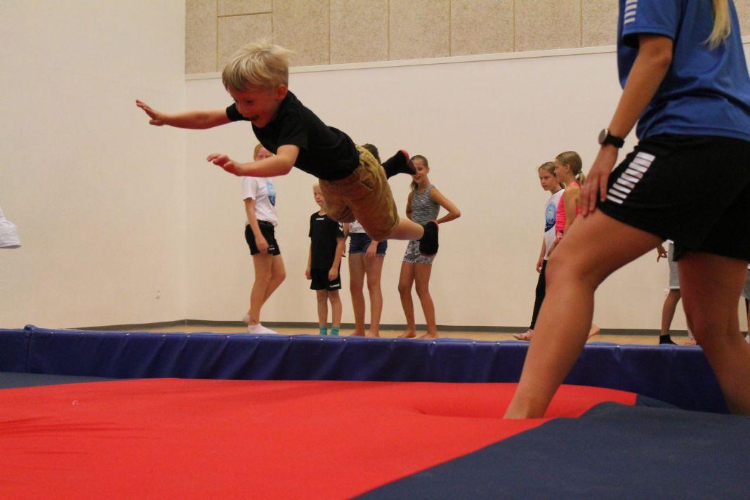 Både store og små synes det er sjovt at hoppe i stortrampolin og lege i springgrav
