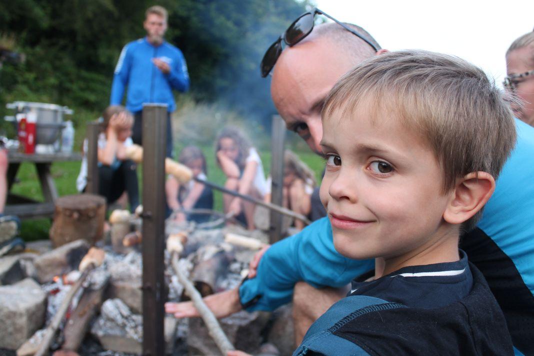 Bålhygge om aftenen med snobrød er en fast tradition på familiecamp