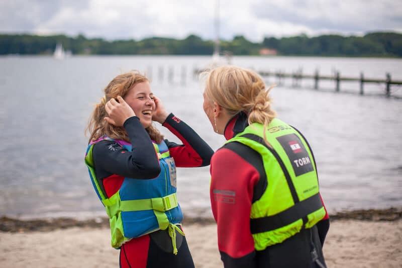 Der er plads til både seriøsitet og masser af grin på vandsport på sportscamp